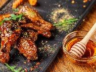 Марина / марината за пикантни пилешки крилца с мед и водка на скара / барбекю